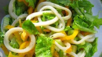 Салат со свежими овощами и кальмарами
