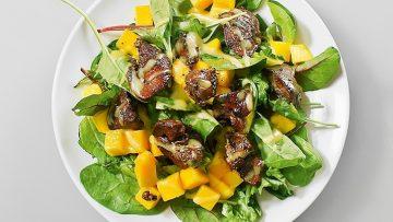 Салат с куриной печенки и манго