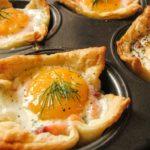 Корзинки с яйцами и форелью
