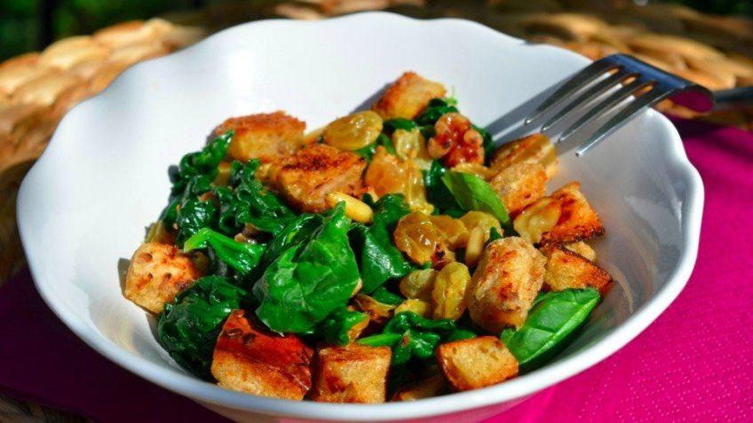Салат из шпината, изюма и кедровых орешков